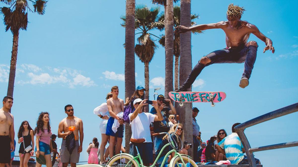 mensen op strand met skater