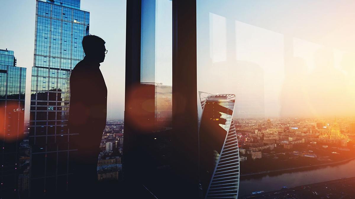 Man kijkt uit het raam