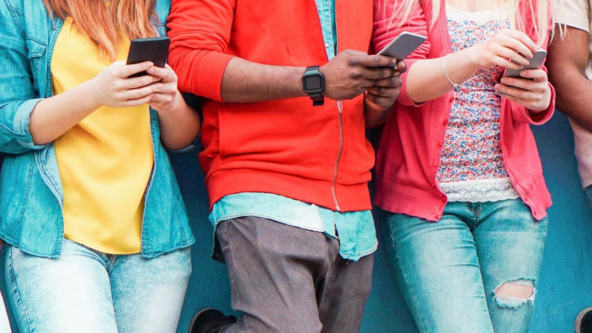 jongeren kijken op telefoon