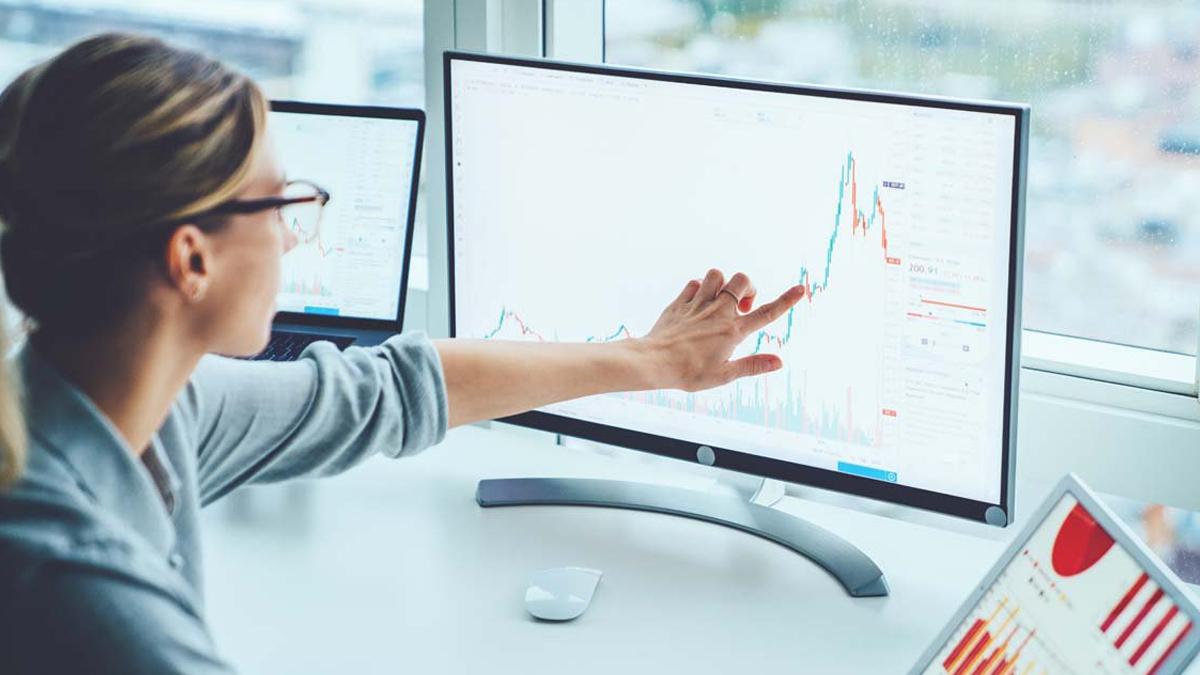 vrouw maakt website data analyse